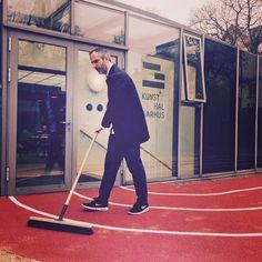 Artist sweeping #track #JeroenBouweriks #ShapedCanvasTrack #nordeafonden