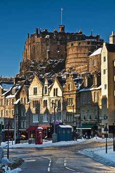 winter comes to Grassmarket (Edinburgh, Scotland)