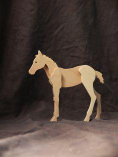 Cheval en bois sera un bel ajout à votre collection et cadeau danniversaire incroyable ! Cheval en bois est composé de cinq couches de contreplaqué. Le cheval a une couche de protection supérieure dun Vernis acrylique à base deau. Dimensions du cheval en bois : longueur - 5,3 (135