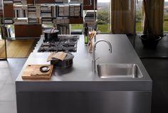 Italia Kitchen designed by Antonio Citterio for Arclinea Restaurant Kitchen Design, Kitchen Cupboard Designs, European Kitchens, Style Classique, Italian Furniture, Cuisines Design, No Cook Meals, Cool Kitchens, Stove