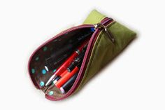 An unbroken chain of sewing: the two seam pencil case Sewing Hacks, Sewing Tutorials, Sewing Projects, Diy Bags Purses, Pencil Bags, Sewing Class, Quilted Bag, Sewing Accessories, Sewing For Kids