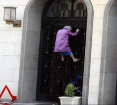 There is no age limit to be an assassin Very Funny Memes, Funny Jokes, Funny Images, Funny Pictures, Fart Humor, Fresh Memes, Good Jokes, Funny Moments, I Laughed