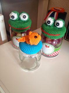 MientjeHaak: Haak patroon Opkikker potjes Crochet Jar Covers, Crochet Cap, Crochet Gifts, Free Crochet, Mason Jar Cozy, Mason Jar Lids, How To Make Labels, Bottle Cap Art, Glue Crafts