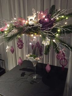 When it comes to Christmas decor, fairy lights are perfect for decoration. - When it comes to Christmas decor, fairy lights are perfect for decoration. Christmas Vases, Christmas Flower Arrangements, Silver Christmas Decorations, Christmas Flowers, Christmas Centerpieces, Gold Christmas, Simple Christmas, Christmas Holidays, Christmas Wreaths