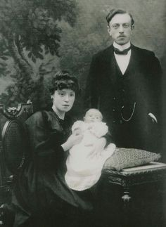 Leon Spilliaert with his wife and daughter, 1918 (unknow photographer)