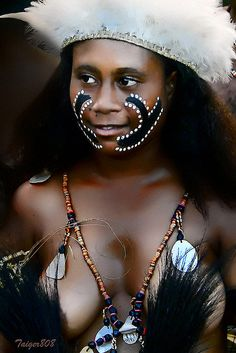 Portrait of a local young woman, Papua New Guinea. We Are The World, People Around The World, Wonders Of The World, Black Is Beautiful, Beautiful World, Beautiful People, Pintura Tribal, Tribal People, Beauty Around The World