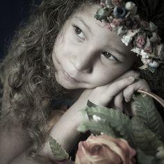 15/366:Proyecto Pandora | 3/52: Viernes de retrato Mañana cumple siete años esta princesita, por lo cual les hablare un poco de ella. Llego a nuestras vidas de sorpresa y la lleno de inmensa ternura y belleza. Es del tipo de niñas coqueta dulce adorable, le encanta un vestido y combinarse la ropa, un bonito lazo y adora el cabello suelto, habla con las personas en la calle y en todo se fija, lo primero que  llama la atención en ella es su cabello, las personas en l...