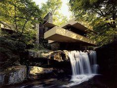 """Fallingwater de Frank Lloyd Wright.  Construite entre 1936 et 1939, la """"Maison sur la Cascade"""", ou Fallingwater, imaginée par l'Américain Frank Lloyd Wright (1867-1959), constitue l'un des symboles les plus forts du renouveau de l'architecture du 20e siècle. Outre son caractère totémique, elle représente aussi et surtout le génie de l'homme qui l'a conçue."""