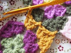 Detailed photo tutorial on how to crochet a granny square for absolute beginners. Crochet Squares, Crochet Granny, Easy Crochet, Crochet Chart, Crochet Patterns, Yarn Crafts, Diy Crafts, Joining Granny Squares, Granny Square Tutorial
