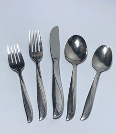 Here is a great set of mid-century Atomic vintage stainless steel flatware. Oneida Community Stainless TWIN STAR Pattern Your choice of items. Choose individual items or Service for 4 that comes with 5pc hostess serving set described below. One place setting Includes 1 Dinner Fork 1 Salad Fork 1 Oneida Flatware, Flatware Set, Vintage Cooking, Kitchen Dishes, Kitchen Stuff, Stainless Steel Flatware, Star Patterns, Photography Props, Twin