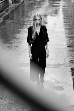 Jumpsuit palazzo i sammet - Damer Rainy Day Photography, Rain Photography, Fashion Photography, Rain Fashion, Fashion Shoot, Editorial Fashion, Black And White Portraits, Black And White Photography, Chuva Fashion
