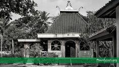 PeciHitam.org –Kebumen merupakan salah satu pusat penyebaran Islam pertama di Jawa, khususnya Jawa bagian selatan. Wajar jika banyak tokoh-tokoh ulama besar yang terkenal dari daerah tersebut. Seperti Syekh Muhammad Asnawi al-Karim, Syekh Abdul Awwal, Syekh Mahfudz al-Hasani, Syekh Anom Sidakarsa, Syekh Sonhaji dan masih banyak lagi. Kali ini, kami akan mencoba memfokuskan pembahasan pada Syekh […] Artikel ini Syekh Anom Sidakarsa Kebumen; Keturunan Kerajaan Demak yang Mewakafkan Di Gazebo, Outdoor Structures, Cabin, House Styles, Home Decor, Kiosk, Decoration Home, Room Decor, Pavilion