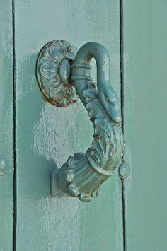 Vintage Green Swan Door Knocker - via Au pays des Merveilles Door Knobs And Knockers, Knobs And Handles, Door Handles, Old Doors, Windows And Doors, Swans, Turquoise Door, Aqua Door, Door Detail