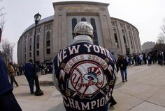 Un fanático de los Yankees de Nueva York espera a que abran las puertas del Yankee Stadium para un juego contra los Medias Rojas de Boston, en Nueva York, o1 de abril de 2013. | Créditos: REUTERS / Mike Segar