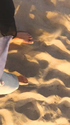 Unique beach date activities. Beach Aesthetic, Couple Aesthetic, Night Aesthetic, Aesthetic Movies, Aesthetic Videos, Aesthetic Pictures, Beach Engagement, Engagement Session, Country Engagement