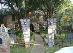Spook your guests & neighbours with some spooky Outdoor Halloween decorations. Here are best DIY Outdoor Halloween decor ideas for your front yard or lawn. Halloween Outside, Halloween Graveyard, Halloween Haunted Houses, Outdoor Halloween, Halloween Fence, Halloween Entryway, Diy Haunted House Props, Halloween Goodies, Holidays Halloween