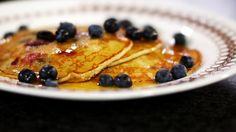 Wie ooit het geluk had om een bezoekje te brengen aan de Verenigde Staten, zal weten dat ze daar graag 'pancakes' lusten bij het ontbijt. Het zijn kleine en dikke pannenkoekjes die voor ons Europeanen beter smaken als dessert of vieruurtje. Maar goed, onze Amerikaanse vrienden houden van een extra-stevig ontbijt en dat is hun goed recht. Het is in ieder geval de moeite waard om de 'blueberry pancakes' eens uit te proberen. Werk ze af met een likje van die typische esdoornsiroop. Yes, you…