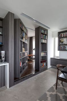 Ever had the desire to have a secret room at home? Each secret room must also have an entrance or a hidden door to go to the secret room. Usually, a hidden door leads to a different secret room. Hidden Spaces, Hidden Rooms, Hidden Panic Rooms, Small Spaces, Home Office, Bookshelf Door, Office Bookshelves, Door Design, House Design