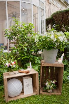 déco shoot photo extérieur : cageot bois, décoration florale, bougeoirs, boule chinoise ...