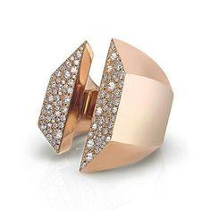Ring by Remida Tornaghi from the Avío collection  rose gold & white diamond pavé  __________ Anillo de Remida Tornaghi de la colección Avio  oro rosa y pavé de diamantes blancos  __________ #DeJoyaEnJoya #FromJewelToJewel #JewelryBlog #RemidaTornaghi #ItalianJewelry #ItalianLuxury #ItalianDesign #design #luxury #ModernLuxury #ring #anillo #sortija #bague #anello #RoseGold #PinkGold #ModernDesign #ModernRing #ModernJewelry #ContemporaryRing #OroRosa #DiamondPavé #diam...