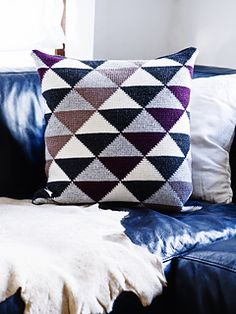 Stylish cushion with diagonal triangular pattern in tunisian crochet. The back of the cushion is crocheted as well and closed with buttons on the middle of the back. Two skeins of charcoal are for the backside. You can choose to put fabric there.