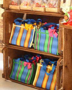 ..nossas mini sacolas de feira com lembranças infantis na festa tema Quitandinha! { orçamento: contatocandydecor@gmail.com }