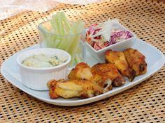 Receta | Alitas de pollo Buffalo con salsa de queso azul y ensalada de col - canalcocina.es