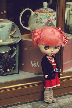 Blythe : dainty biscuit /// awww her crochet uggs.