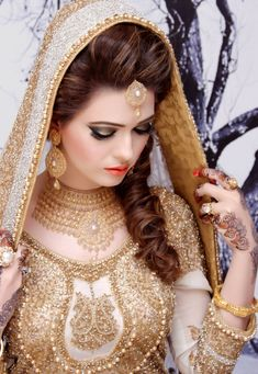 For what's perhaps the most captured day of your life, you need to look great. We've assembled the best and latest Pakistan bridal makeup ideas. Pakistani Wedding Dresses, Indian Dresses, Bridal Dresses, Bollywood Wedding, Indian Outfits, Desi Bride, Desi Wedding, Wedding Bride, Wedding Mehndi