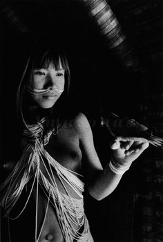 Sebastião Salgado.  Jovem Marubo - Aldeia Maronal, Amazonas, Brasil. 1998.