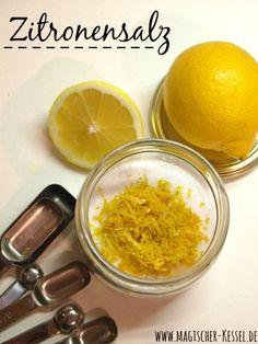 Gewürze selber mischen ist kein Hexenwerk. (Echt nicht. ;)) Mit Bio-Zitronen und feinem Meersalz lässt sich aber schnell ein wunderbar duftiges Gewürzsalz zaubern.