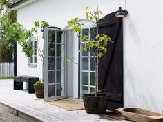 〚 Beautiful Scandinavian cottage with artistic interiors 〛 ◾ Photos ◾Ideas◾ Design Scandinavian Cottage, Conservatory Garden, Home Greenhouse, Artwork For Home, Swedish House, Backyard, Patio, Interior Photo, Interior Design