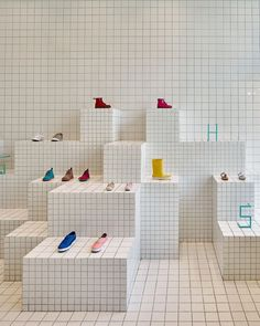Ceramic tiles arranged in a grid pattern line the interior of this children's shoe store in Barcelona by local studio Nábito Design Shop, Design Display, Shoe Display, Shop Interior Design, Retail Design, Shoe Store Design, Display Ideas, Design Design, Propaganda Visual