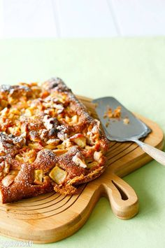Reilusti omenainen piirakka on helppo tehdä. Ohjeella valmistuu pellillinen valkosuklaa-omenapiirakkaa. Katso ohje ja onnistu! Delicious Desserts, Dessert Recipes, My Cookbook, Sweet Pie, Something Sweet, Let Them Eat Cake, Sweet Tooth, Food And Drink, Baking