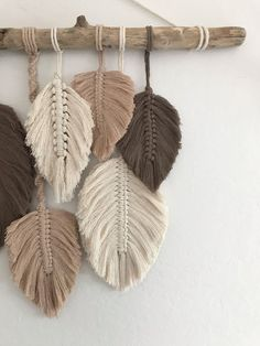 Macrame Design, Macrame Art, Macrame Projects, Macrame Jewelry, Rope Crafts, Diy Home Crafts, Yarn Crafts, Feather Crafts, Macrame Wall Hanging Patterns