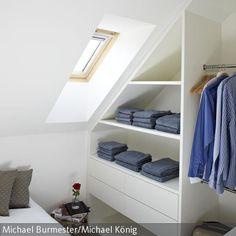 Die platzsparenden, offenen Einbau-Schrankelemente mit großen Schubladen erfüllen ihre Funktion unter der Dachschrägen. …