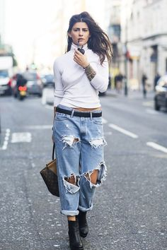 Love these Levi ripped jeans Grunge Fashion, 90s Fashion, Fashion Outfits, Fashion Trends, Jeans Fashion, Street Fashion, Short Women Fashion, Punk Outfits, Weekend Wear