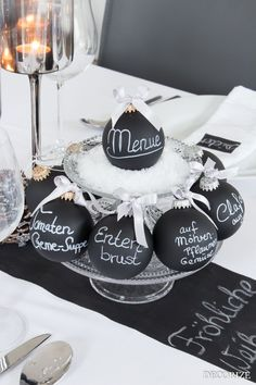 Festtafel zu Weihnachten – Tischdekoration mit Tafelfarbe A banquet table with blackboard paint Christmas Party Table, Christmas Table Decorations, Noel Christmas, Decoration Table, White Christmas, Xmas, Table Party, Christmas Ideas, Christmas Bulbs