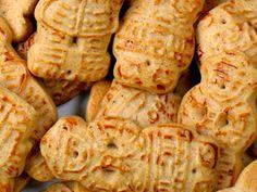 Taai-taai-poppetjes met Sinterklaas, in een zak met meer lekkernijen.