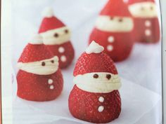 Mix cream cheese, 2 tsp's icing sugar, half tsp vanilla essence in a bowl. Cut tip off strawberry, decorate with cheese mix and chocolate chips. Christmas Treats, Christmas Ornaments, Christmas Stuff, Christmas Morning, Xmas, Strawberry Santas, Merry Berry, Vanilla Essence, Gingerbread Cookies