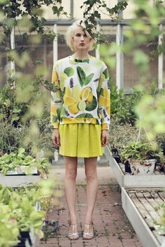 An oversized, long-sleeved cotton sweatshirt with cuffs and printed with lemons and green leaves.