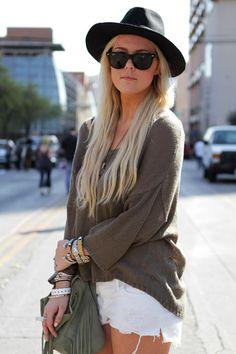 Para las más friolentas, usar un suéter en vez de t shirt es una opción muy cool