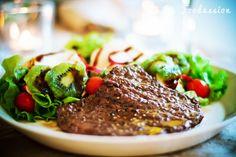 Lehtipihvi ja raikas salaatti by Foodassion, via Flickr