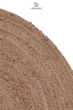 Für unseren Teppich Nandi wird reine Jute von Hand in Leinwandbindung verarbeiter. Die geflochtene Oberfläche sorgt für einen charmanten Akzent, der 15 cm breite Rand in kontrastierender Farbgebund verleiht dem Teppich ein Stück Raffinesse. In Nandi vereinen sich natürliche Fasern und echtes handwerk zu einem wunderbaren Teppich. Kombiniert mit einer rutschfesten Unterlage bleibt der Teppich an Ort und Stelle. Natural Bedroom, Braid Patterns, Professional Carpet Cleaning, Sustainable Gifts, Jute Rug, Rug Sale, Soft Blankets, Elegant Homes, Natural Rug