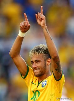 Neymar, el baby-star brasileño, el último en apuntarse a las mechas platino y el corte masculino tendencia.
