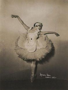 spectredelarose: Anna Pavlova as the Dying Swan, photo by Spencer Shier, 1926 Ana Pavlova, Vintage Ballet, Russian Culture, Russian Ballet, Little Ballerina, Swan Lake, Fairy Land, Ballet Dancers, Faeries