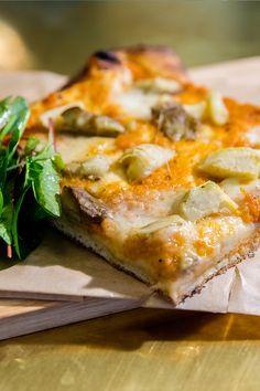 Farinata - Pizza Salami mit Auberginen & Artischocken, Foto by Mario Andreya