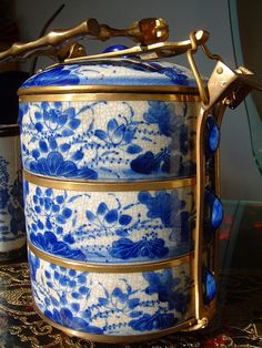 Blue & white lunchbox WOW. I heard stories about my grandfathers tin lunchbox stacked on top of each other like this. It was a way of keeping the food hot.