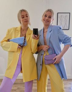 Many are wearing vibrant bright colours right now to lift their mood. See my favourite colourful outfits I have seen this month. Color Blocking Outfits, Colour Blocking Fashion, Color Combinations Outfits, Style Outfits, Trendy Outfits, Cute Outfits, Family Outfits, Matching Outfits, Skirt Outfits