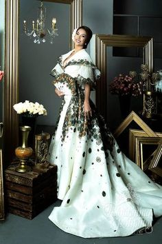 Need a Gown! Here's the best maria clara dress in the Philippines. The María Clara gown, sometimes referred to as Filipiniana dress or traje de mestiza Modern Filipiniana Gown, Filipiniana Wedding, Wedding Gowns, Philippines Outfit, Filipino Fashion, Philippine Fashion, Debut Gowns, Different Dresses, Traditional Dresses